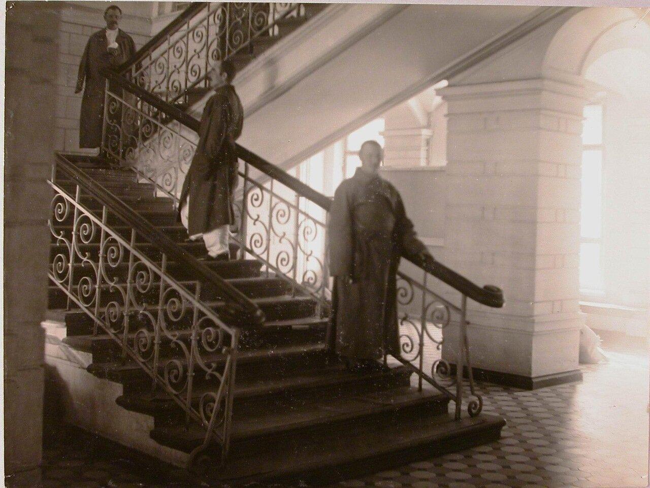 05. Раненые на лестнице в вестибюле госпиталя