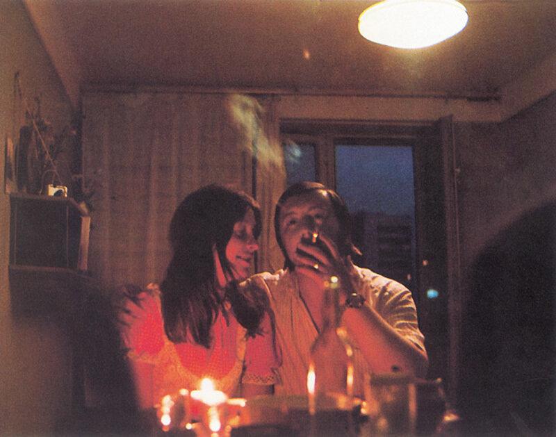 Отдых ленинградской пары вечер под звук пластинок, с водкой и легким ужином