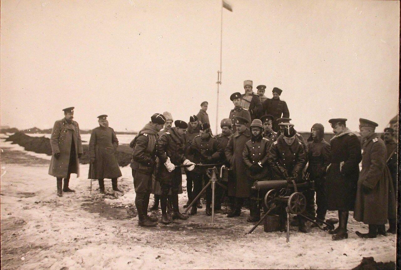 25. Группа слушателей школы во время практических занятий по стрельбе из пулеметов