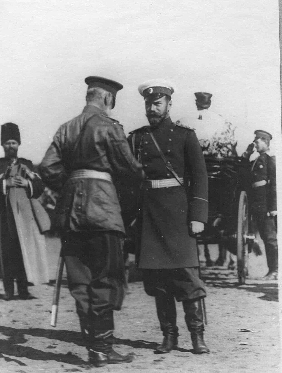32. Император Николай II во время беседы с генерал-адъютантом бароном Ф.Е.Мейендорфом - командиром 1-го армейского корпуса