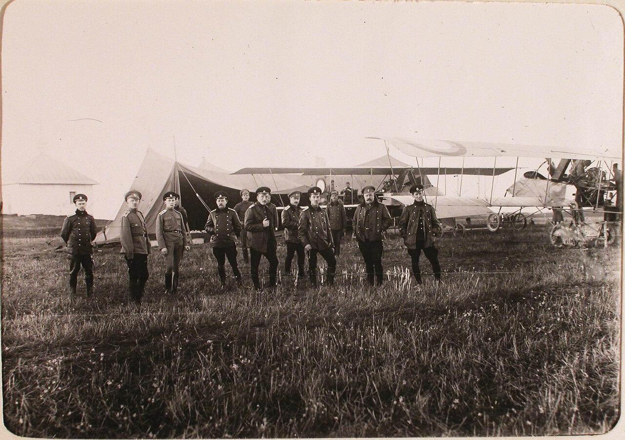 08. Группа летчиков на аэродроме роты во время приема новых летательных аппаратов типа «Вуазен» для перевооружения 10-го авиаотряда