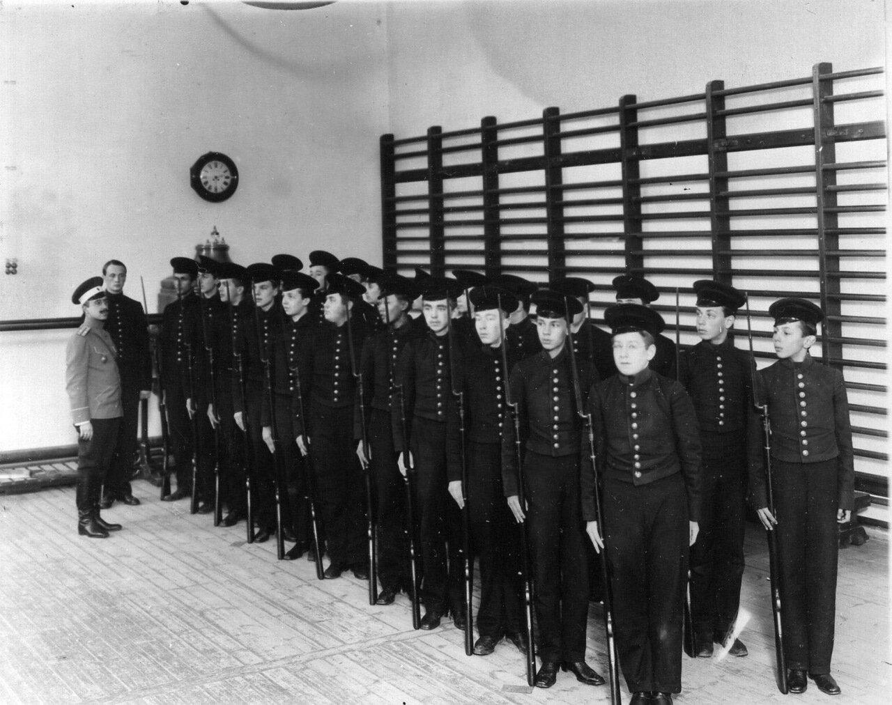 16. Группа воспитанников лицея на строевых занятиях