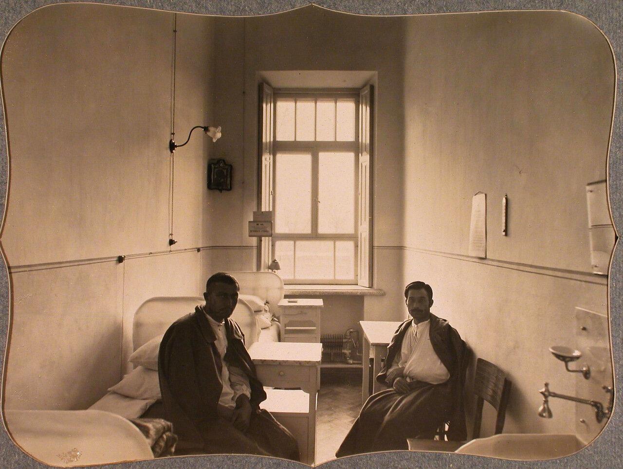 44. Раненые в двухместной палате для нижних чинов лазарета общины