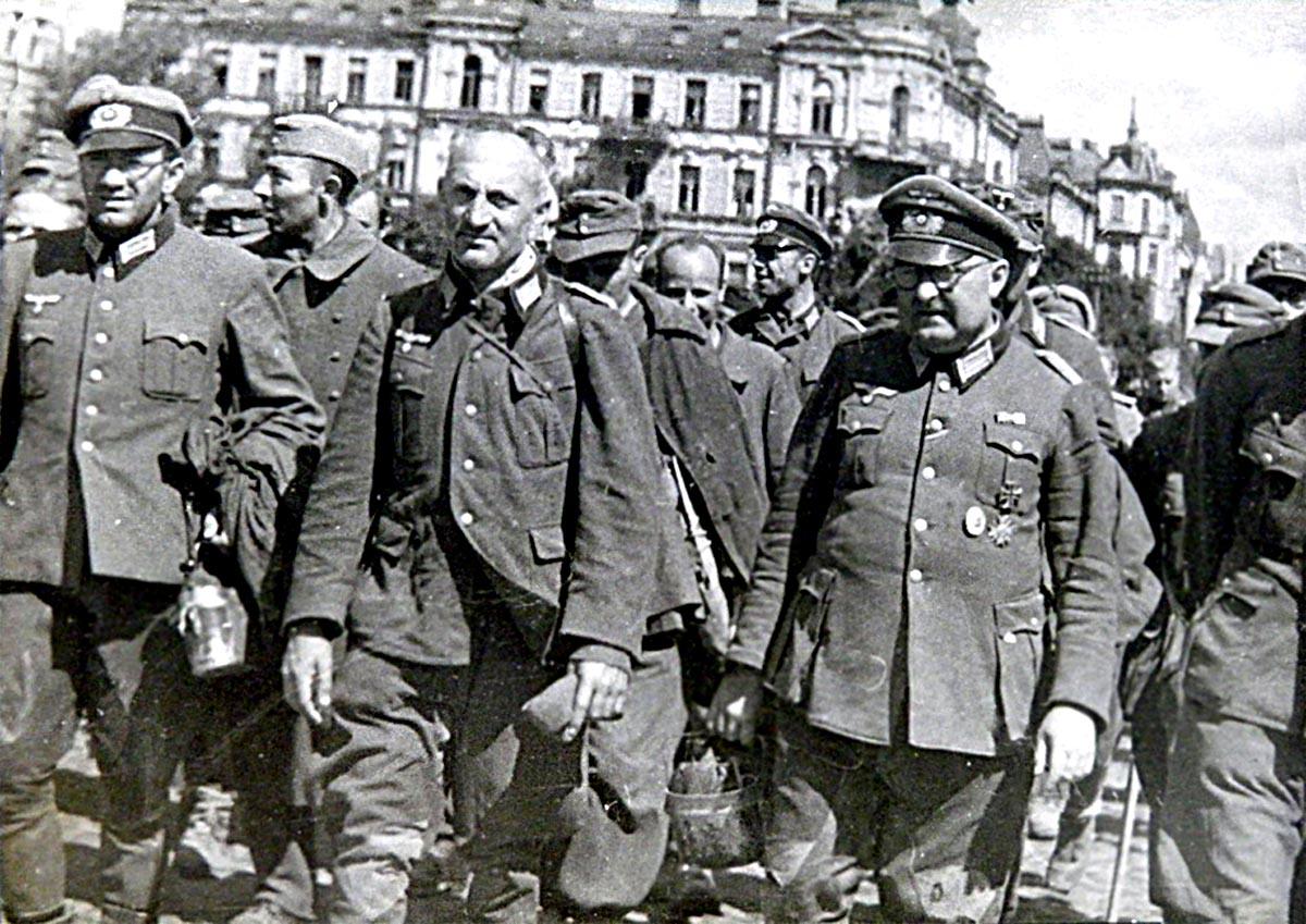 Пленных гитлеровцев проводят по улицам Киева. 16 августа 1944(9).jpg