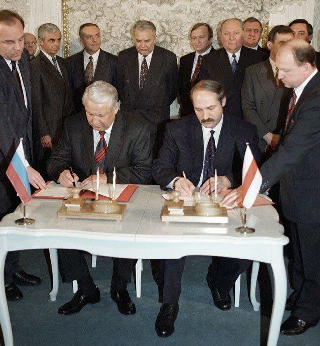 1995 Лукашенко и Ельцин подписывают соглашение о сотрудничестве.jpg