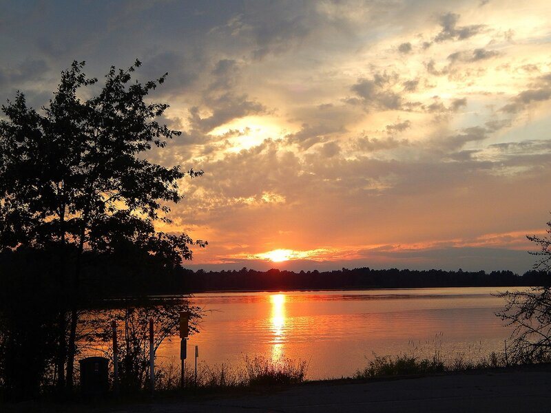 Закат над озером.