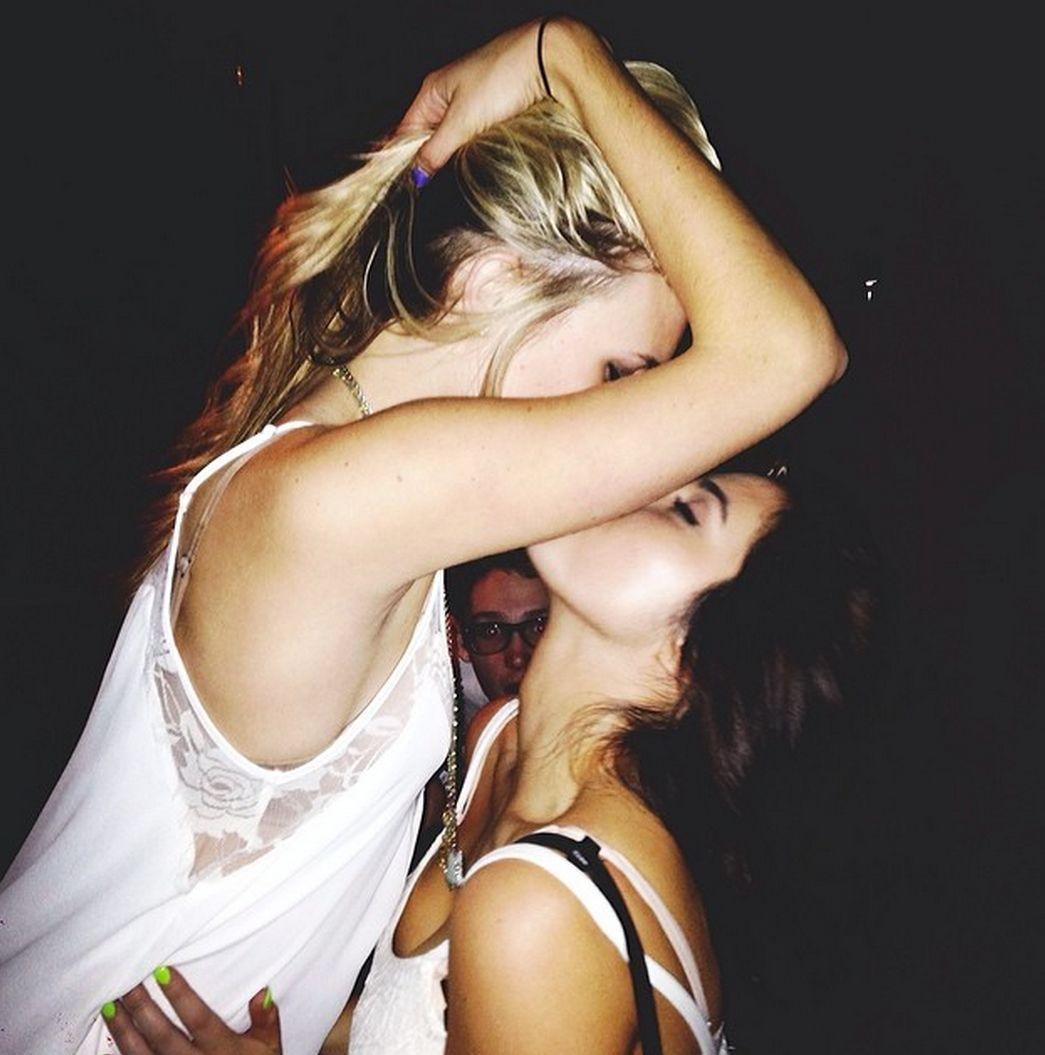 Девушки целуются фото 2 фотография