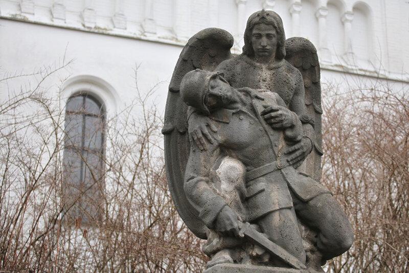 Мемориал павшим немецким солдатам возле приходской церкви в деревне Панг в Баварии