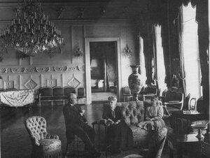 Посол адмирал Тушар с женой в зале французского посольства.