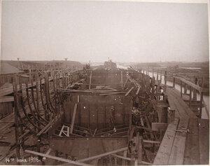 Рабочие Путиловского завода за постройкой корпуса канонерской лодкиКореец.