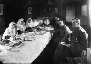 Врачи и медсестры за обедом в вагоне-столовой