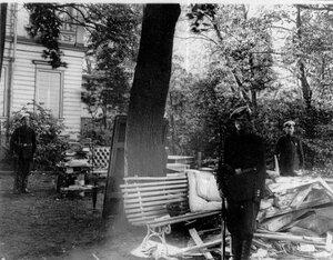 Вещи, вынесенные из дачи П.А.Столыпина на Аптекарском острове после взрыва, охраняемые стражником.