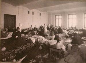Раненые в палате лазарета,открытого при университете имени Шанявского.