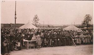 Беженцы в очереди в ожидании обеда у соединительного врачебно-питательного пункта, организованного отрядом Красного Креста В.М.Пуришкевича.