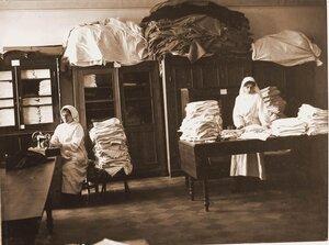 Медицинские сёстры за разбором и починкой белья.