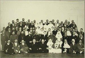 Группа членов комитета Красного Креста и медицинский персонал среди раненых лазарета