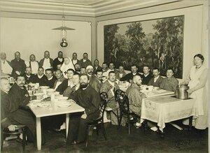 Группа раненых в столовой за обедом