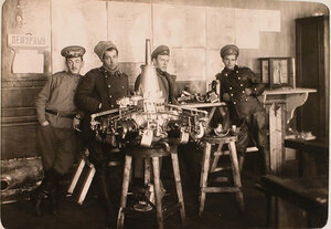 Группа военных из состава авиароты в учебном классе у одного из приборов.