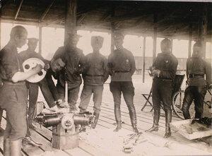 Группа офицеров наблюдателей отряда во время экзамена на знание устройства мотора Гном.