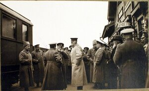 Командующий XII армией генерал от инфантерии В. Н. Горбатовский (в центре) в группе офицеров на перроне станции.