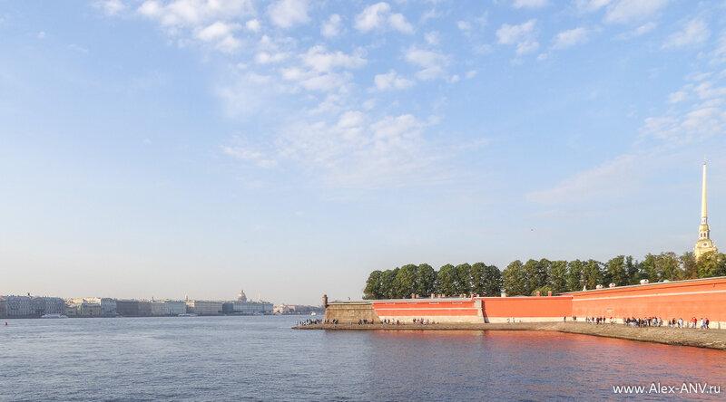 У стен Петропавловской крепости люди готовятся провожать Аврору