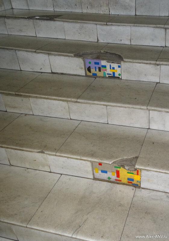 Лестница кстати хоть и потрёпанная временем, зато подремонтирована чем бог послал.