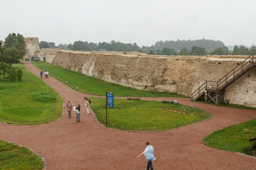 Северная стена Изборской крепости и Талавская башня