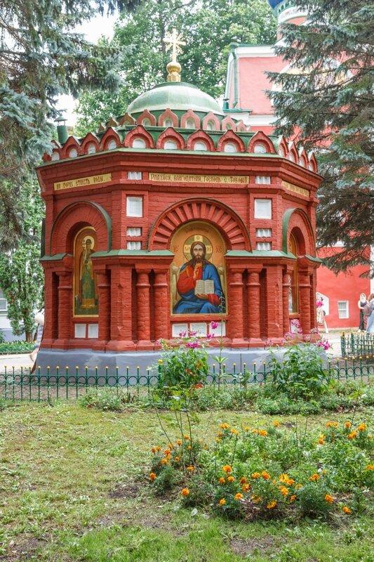 Часовня с артезианским колодцем, Псково-Печерский монастырь
