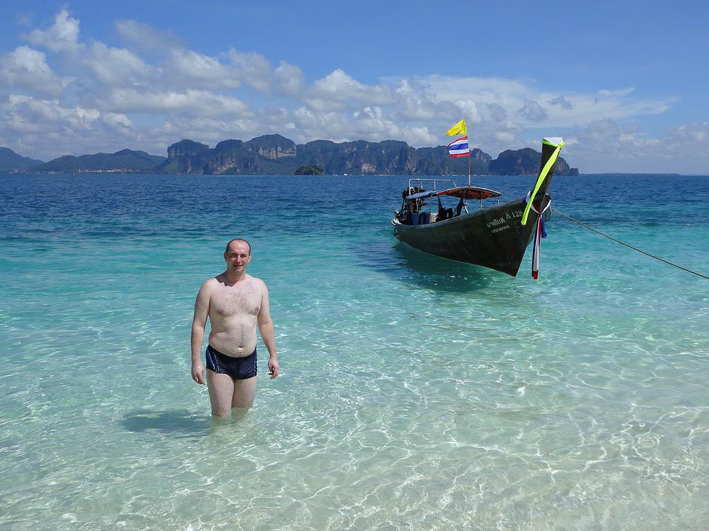 4. На острове Poda вода такая прозрачная, что кажется, будто лодка висит в воздухе.