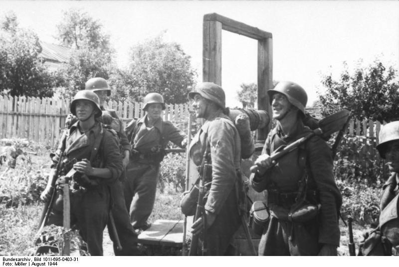 Warschauer Aufstand, deutsche Soldaten neben Brunnen