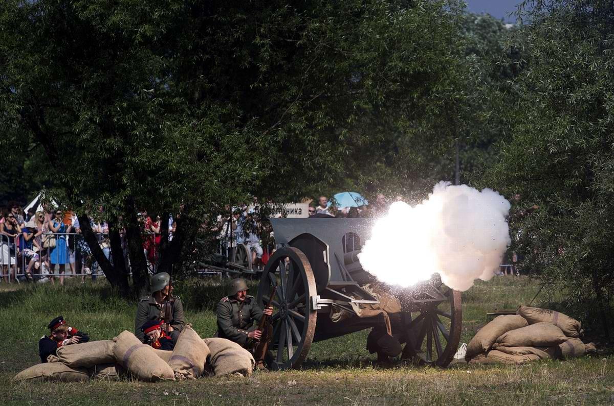 Члены исторического клуба, одетые в форму артиллеристов, имитируют ведение огня из орудия в Коломенском парке Москвы