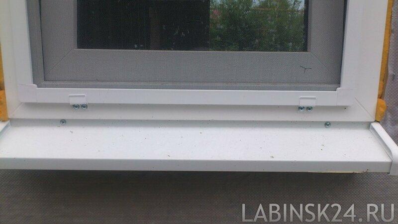 Нижние крепления москитной сетки на окно