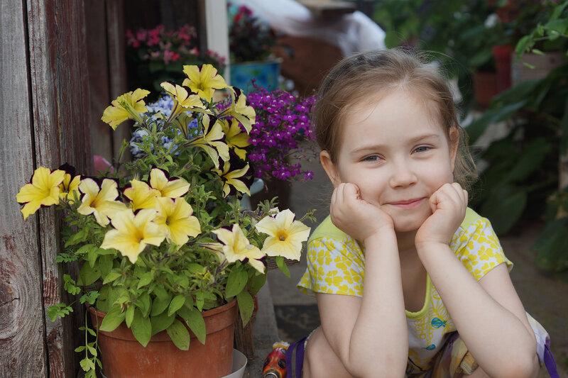 Племянница на фоне петуний и лобелий