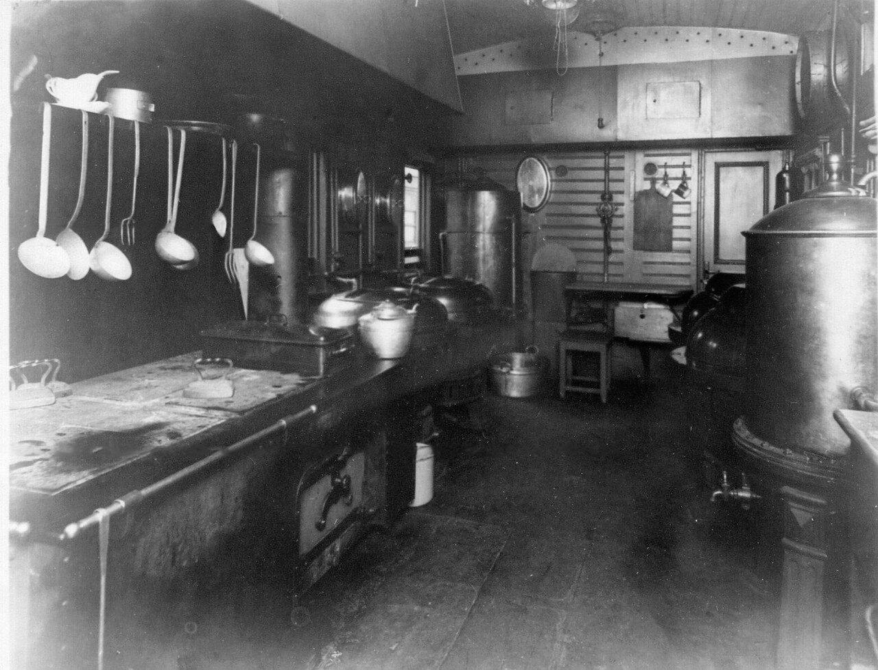 19. Внутренний вид вагона-кухни