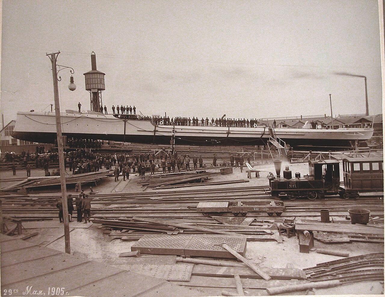 13. Рабочие Путиловского завода перед спуском со стапелей минного крейсера «Доброволец». 29 мая 1905