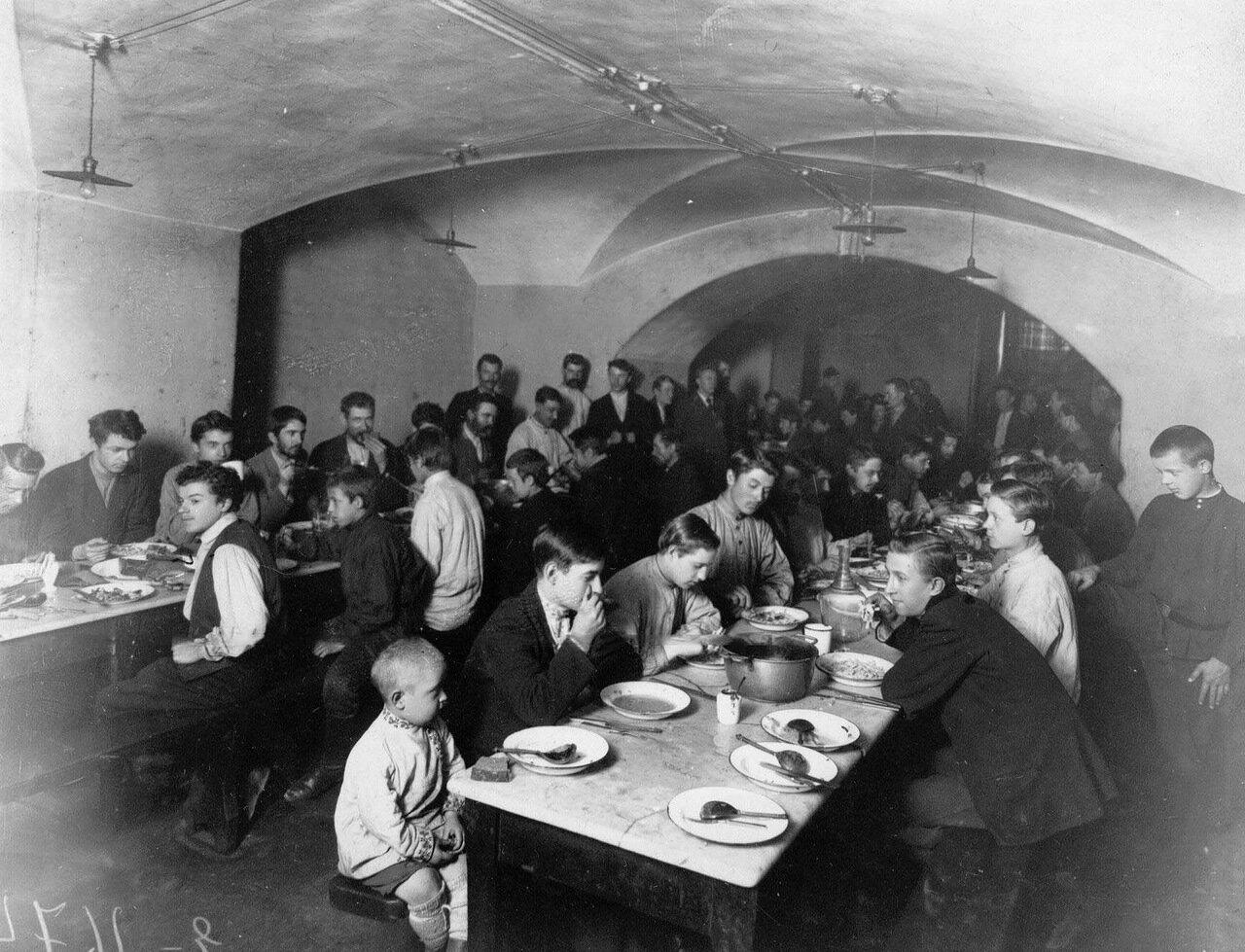 13. Рабочие за обедом в столовой типографии