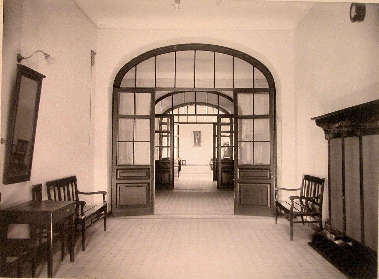 05. Вид части вестибюля и коридор в доме призрения для увечных воинов