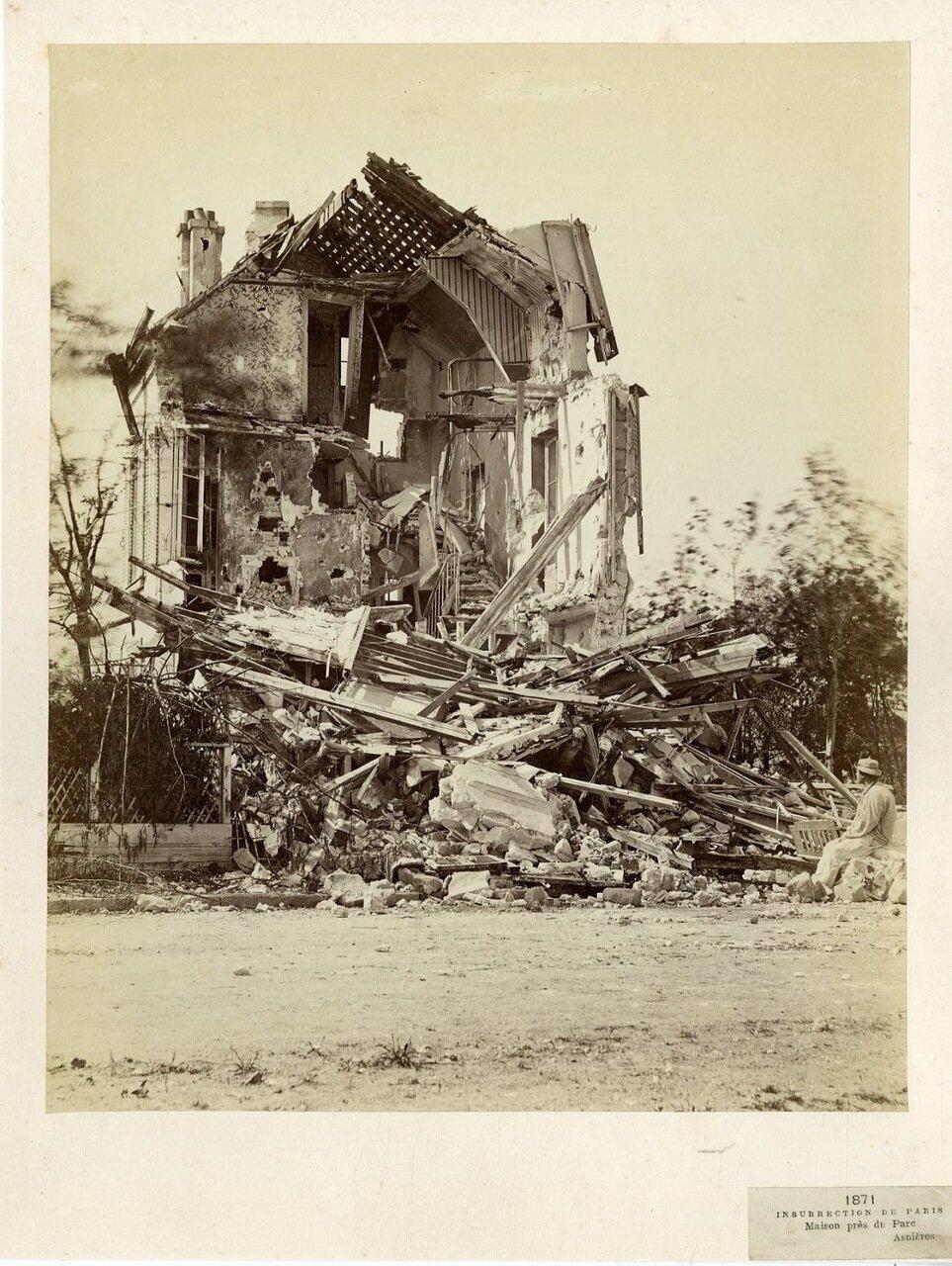 Разрушенный дом недалеко от парка на Аньер