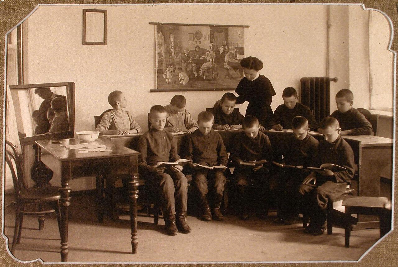 Ученики 1-го года обучения во время урока чистописания