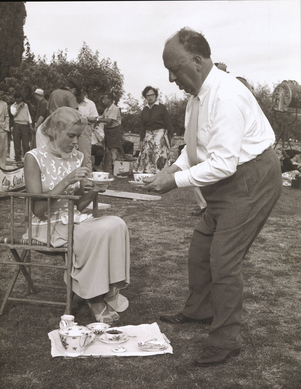 Grace Kelly and Alfred Hitchcock on the set of To Catch a thief  (Alfred Hitchcock) 1954