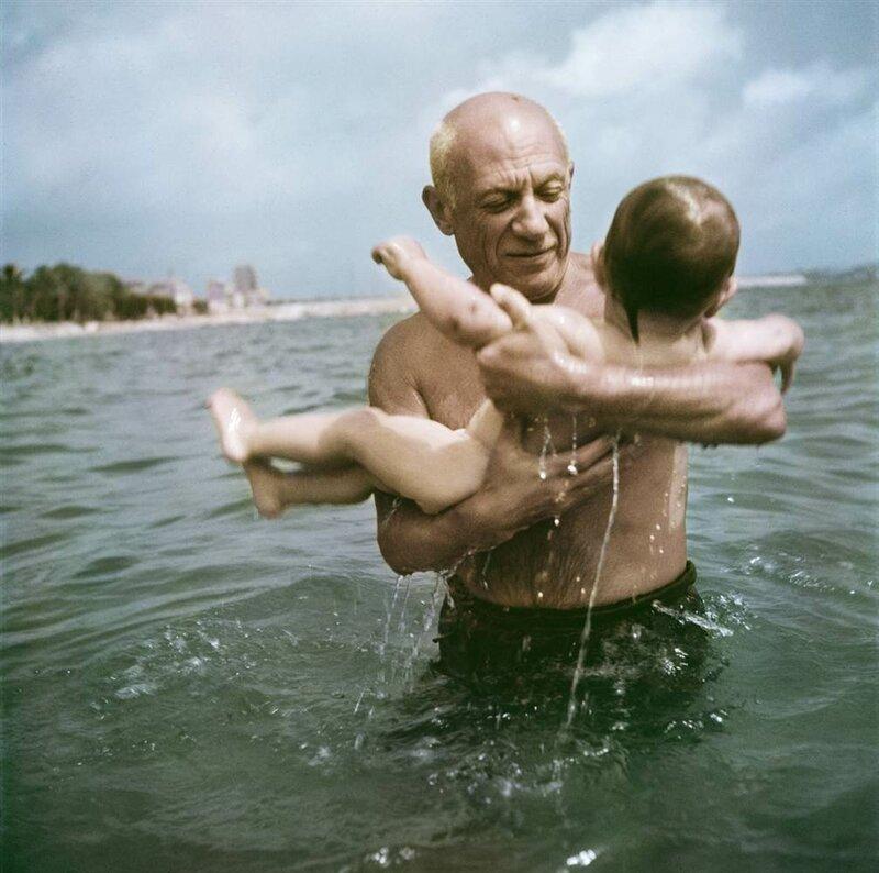 1099 Пабло Пикассо вместе со своим сыном Клодом на пляже Валлорис, 1948 г..jpg