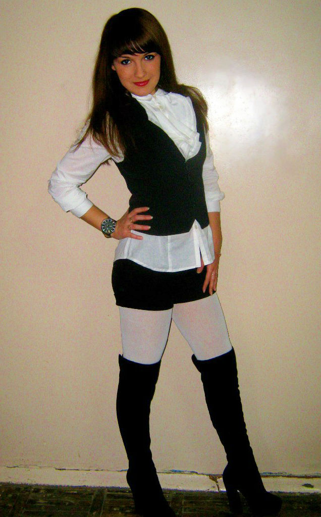 Красотка в белой рубашке, мини-шортах и колготках