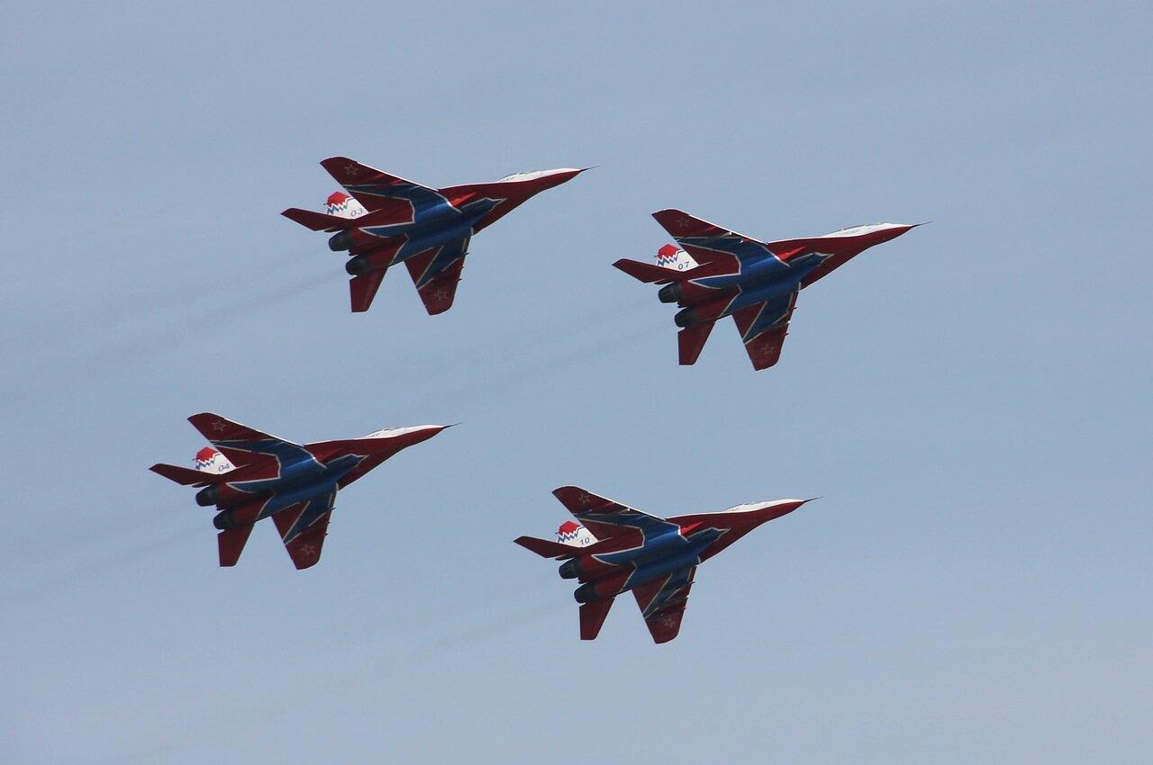 Четвёрка МиГ-29 проходит на малой высоте (15.08.2014)