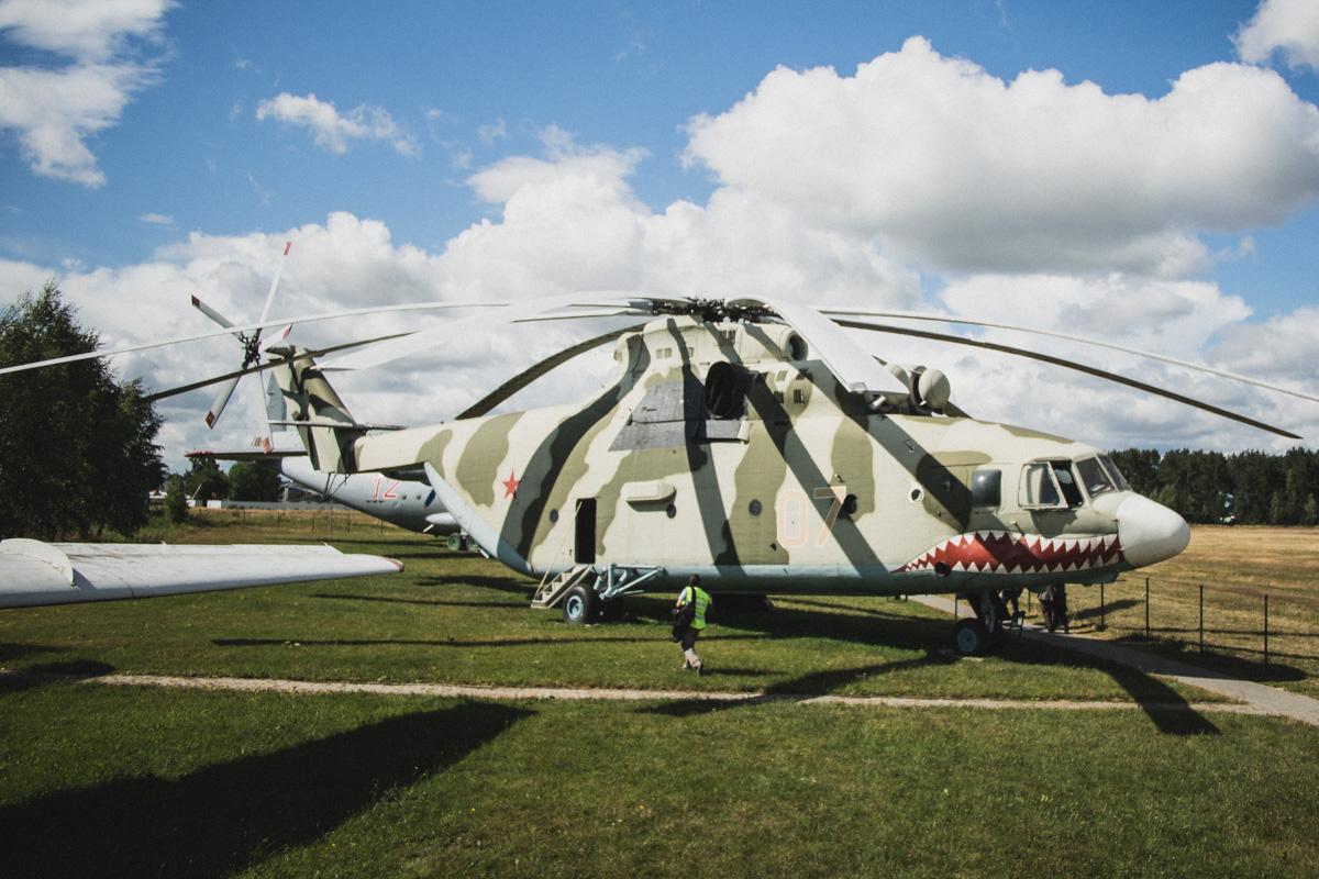 Многоцелевой транспортный вертолет Ми-26, в народе из-за своих размеров называется «Летающая корова»