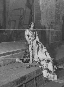 """Сцена Офелии и королевы из трагедии Шекспира """"Гамлет""""."""