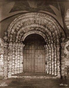 Вид наличника западной двери Воскресенского собора на Борисоглебской стороне. Ярославская губ.