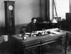 Начальник станции Н.Л.Семенович в кабинете за работой.
