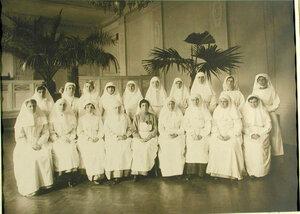 Группа медицинского персонала - дежурных дам - в столовой лазарета