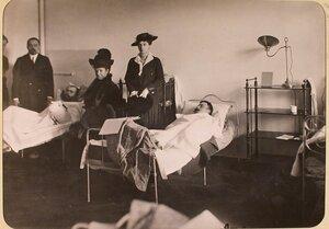 Вдовствующая императрица Мария Федоровна и великая княгиня Ксения Александровна (справа) у постели раненого в одной из палат госпиталя, оборудованного в здании Политехнического института.