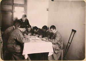 Группа раненых госпиталя, оборудованного в здании Политехнического института, пишет письма родным.
